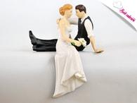 Maramisa Svatební figurky - sedící novomanželé na okraj dortu